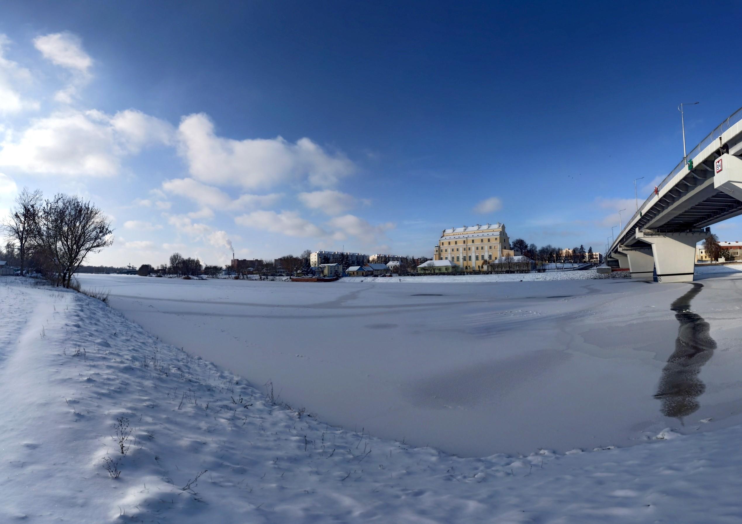 Зимний город с другого берега ждет мороз за 20