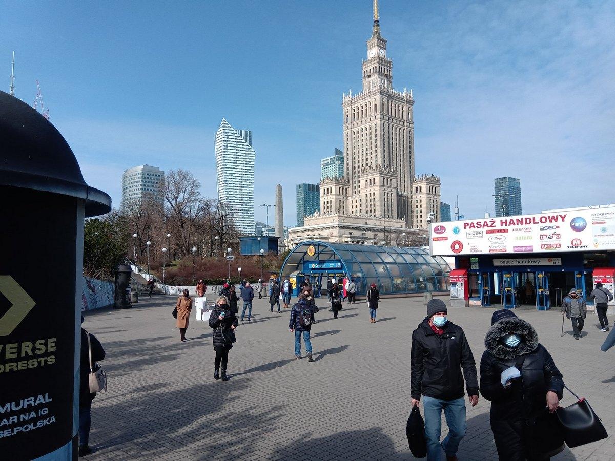 В Варшаве бесплатно раздают медицинские маски
